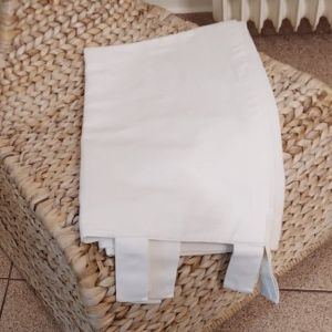 Λευκή κουρτίνα σε γκρο ύφασμα με καρό σχέδιο στην ύφανση.