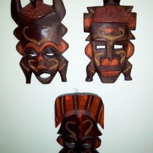 Τρεις ξυλόγλυπτες μάσκες από την Αφρική.