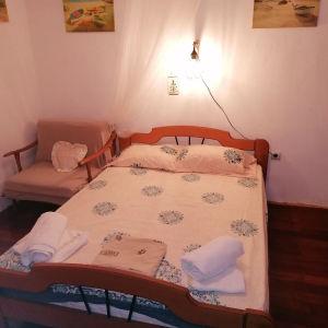 παραθεριστηκοι κατοικία για βραχυχρόνια η μηνιαία μισθωση αποτελητε απο2 δωμάτια κουζίνα και μπάνιο εξωτερικα έχει ένα διπλό κρεβάτι δύο μόνα και δύο καναπέδες ανοιγωμένους εξοπλισμένο με ηλεκτρικες