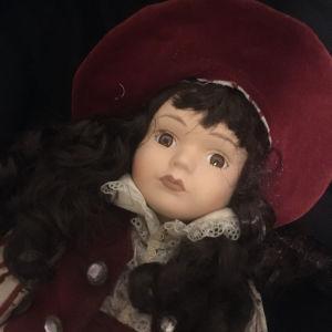 Μελαχρινή Πορσελανινη Κούκλα