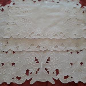 Λευκό σετ σεμέν, τριών κομματιών, κεντημένο κοφτό. Κωδικός 109