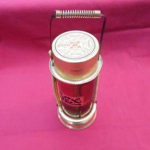 Ιδιαίτερη συσκευασία με τρία σφραγισμένα μπουκάλια ποτό της δεκαετίας του '60.