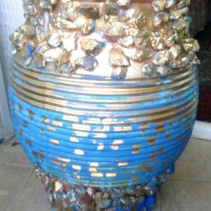 πιθάρι για διάφορες χρήσεις, ύψος 52 cm, πλάτος 30cm ζωγραφισμένο σε χρυσό, πράσινο και μπλε χρώμα, και με φυσικά πετραδάκια από την ζωγράφο και συγγραφέα Μαρία Παυλίδου Τασοπούλου.