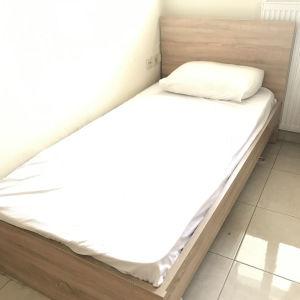 μόνο κρεβάτι με στρωμα λυμένο