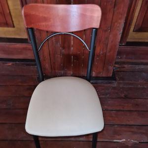 150 καρέκλες ξύλινη πλάτη με λευκές κουκούλες