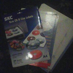 χαρίζονται Αυτοκόλλητα για CD-DVD, Σε μέγεθος  Α4 φύλλα για εκτυπωτή,  με κομμένα περιγράμματα για να τυπωθούν και να κολληθούν πάνω στο CD-DVD.