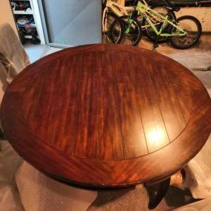 Πωλείται τραπέζι ροτόντα με 4 καρέκλες.