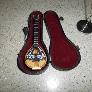 Μινιατούρες κιθάρα και ρολόι με βάση αναλόγιο και Μπουζούκι και τα δυο 15 ευρω