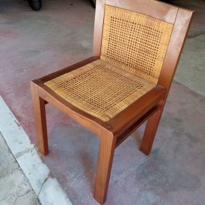 Καρέκλα ξύλινη εποχής με ψάθα