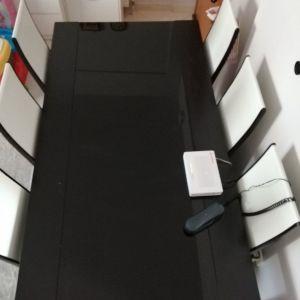 Τραπεζαρία wenge. Στο πάνω μέρος περιέχει μαύρο τζάμι που δεν σπάει. Δίνεται μαζί με 6 καρέκλες. Σε καλή κατάσταση!