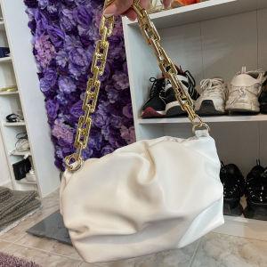Τσάντα λευκή δερμάτινι με χρυσή λεπτομερια