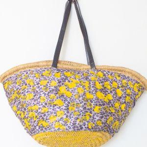 Ψάθινη τσάντα ολοκαίνουργια, ιδανική για το καλοκαίρι σε πανέμορφα χρώματα, έχει ύψος 60 εκατοστά και μήκος 60 εκατοστά. Έχει μέσα φόδρα και μεγάλη θήκη.
