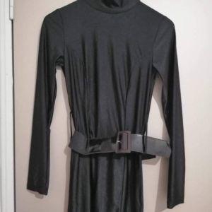 Φόρεμα με ζώνη one size με ανοιχτή πλάτη
