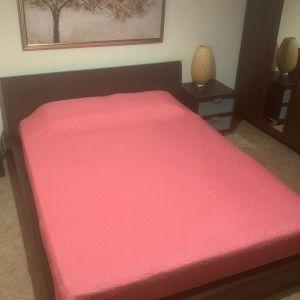 Ξύλινο υπέρδιπλο κρεβάτι με στρώμα, δυο συρτάρια και σετ κομοδίνο, καφέ σκούρο