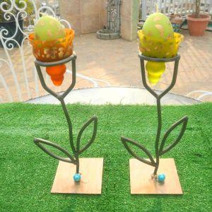 Δυο κηροπήγια μεταλλικά γερά ύψους το καθένα 25 εκατοστά, μαζί με τρριε πανέμορφες θήκες και τρία πασχαλινά αυγά- κεριά. Ιδανικά και για τοποθέτηση κεριών.