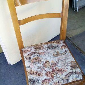 Καρέκλες με μαξιλάρι