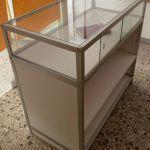 Εξοπλισμός καταστήματος | Βιτρίνα-πάγκος για προβολή & αποθήκευση προϊόντων με ράφια