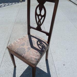 Παλαιές ξύλινες καρέκλες τραπεζαρίας