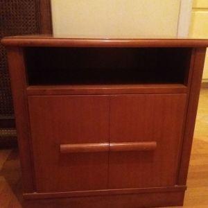 Μικρό ξύλινο έπιπλο τηλεόρασης ή πικάπ με χώρο για δίσκους