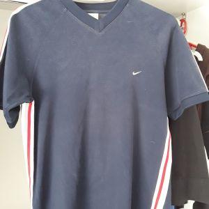 Μλουζα μπλε NIKE, size small. Αψωγη κατάσταση. Δωρο επίσης μια ακόμη επώνυμη Μπλούζα. Όπως ακριβώς το βλέπετε στην φωτο.