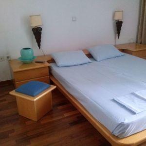 κρεββάτι υπέρδιπλο με δύο κομοδίνα