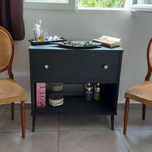 Δυο υπέροχες καρέκλες vintage oval, ξύλινες με βελούδο κ αψωγη κατάσταση. Απίθανο σκάλισμα. Σούπερ ΤΙΜΗ ΜΟΝΟ κ οι 2 μαζί!!!