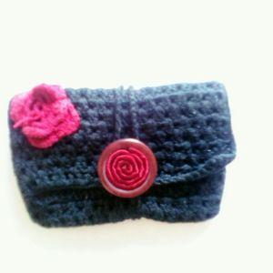 Χειροποίητο μάλλινο πλεκτό γυναικείο μικρό πορτοφόλι\αξεσουαρ,στυλ vintage,μαύρο με κόκκινες λεπτομέρειες,κλείνει με όμορφο κουμπί
