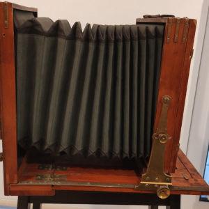 Ξύλινη φωτογραφική μηχανή μεγάλου φορμάτ τέλη 19ου αιώνα.