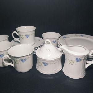 Φλυτζάνια του τσαγιού (καφέ)μαζί με τα πιατάκια τους, ζαχαριέρα,γαλατιέρα και πιάτα πάστας