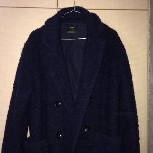 Μπουκλέ γυναικείο παλτό Bershka (σκούρο μπλε)