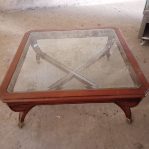 Τετράγωνο τραπέζι τραπεζαρίας η σαλονιού