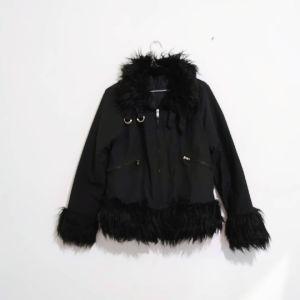 Μαύρο μπουφάν με γούνινες λεπτομέρειες