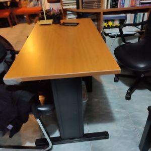 Γραφείο με μεταλλικό σκελετό και μεταλλική συρταριερα