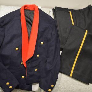 Επίσημη στολή ''χοροεσπερίδων'' αξιωματικού (Χιτώνιο και παντελόνι) επταετίας (μικρή εσωτερική φθορά στο γιακά) διαστάσεις ανθρώπου 1.80 ύψος & βάρος 75 κιλά (110 ευρώ)
