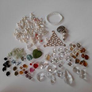 Ημιπολύτιμες χάντρες, κρύσταλλα, πέρλες για χειροποίητα κοσμήματα  και ένα βραχιόλι από πέρλες.