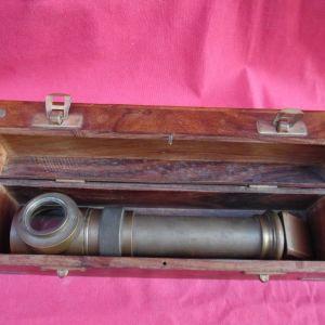 Μπρούτζινο περισκόπιο σε ξύλινη θήκη.