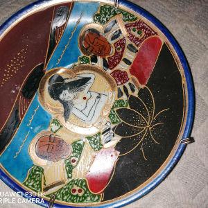 Διακοσμητικο πιατακι με αναγλυφες Ιαπωνικες ζωγραφιες.