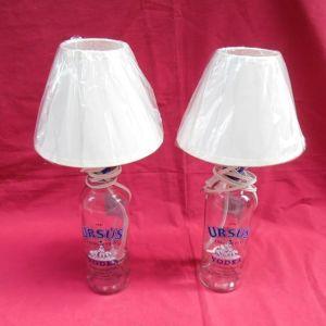 Δύο επιτραπέζια φωτιστικά  με βάσεις από μπουκάλια βότκας.