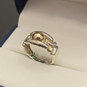 ασημένιο δαχτυλίδι με χρυσή λεπτομέρεια 14Κ