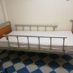 Νοσοκομειακό κρεββάτι με στρώμα και έξτρα αερόστρωμα.