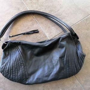 Δερμάτινη γυναικεία τσάντα μαύρη