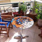 Τραπέζι διαμέτρου 70εκ, από υγρό γυαλί, διά εσωτερικούς ή εξωτερικούς χώρους. Διαθέσιμα μεταλλικά και ξύλινα πόδια.