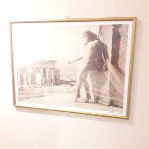 Χρυσή Κορνιζα με τζάμι. Εκτύπωση φωτογραφίας NELLY`S διαστάσεις 63*47 σε άριστη κατάσταση