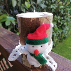 χιονανθρωπος χειροποιητη βαση κεριου απο φυσικο ξυλο, με κορδελα πλεκτη στο χερι