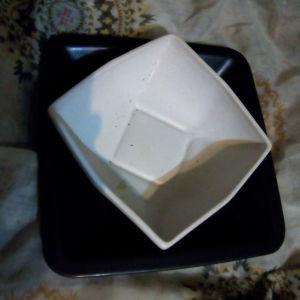 Κεραμική σαλατιέρα λευκού χρώματος σε μαύρη βάση.