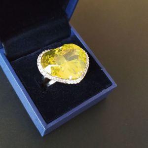 Δαχτυλίδι πολύ εντυπωσιακό με τεράστιο κρύσταλλο swarovski