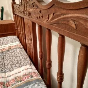 Κρεββατοκαμαρα παραδοσιακό ελληνικό σχέδιο , ξύλο οξιάς. Άριστη κατάσταση με 2 κομοδίνα. 1,60Χ2,00μ το κρεββάτι.