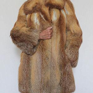 Παλτό από φυσική γούνα αλεπού. Η γούνα που προέρχεται από νόμιμο κυνήγι με παραδοσιακές μεθόδους ή που παράγεται χωρίς να υποφέρουν ζώα επανέρχεται στη μόδα.
