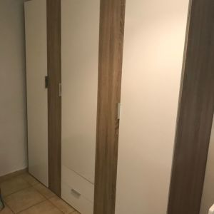 Τρίφυλλη ντουλάπα γυαλιστερή λάκα και λεπτομέρειες ξύλου