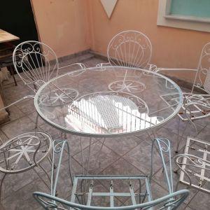 Πωλείται στρογγυλό τραπέζι φερ φορζε κ 6 καρέκλες σε πολύ καλή κατασταση